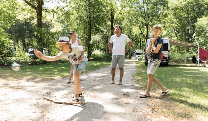 familie speelt jeu de boules op Natuurkampeerterrein