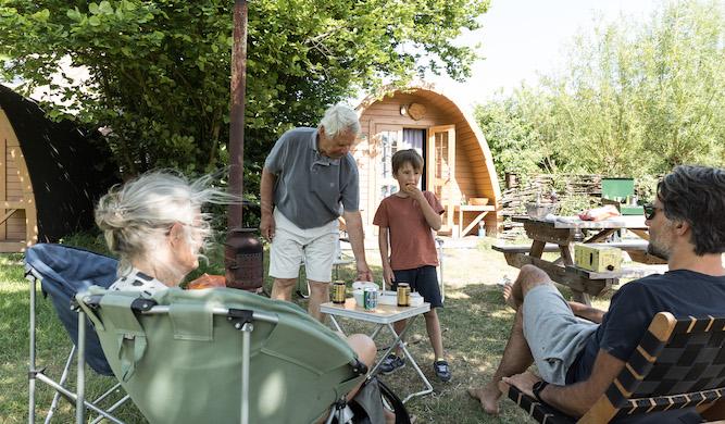 grootouders, zoon en kleinzoon kamperen bij Trekkershut